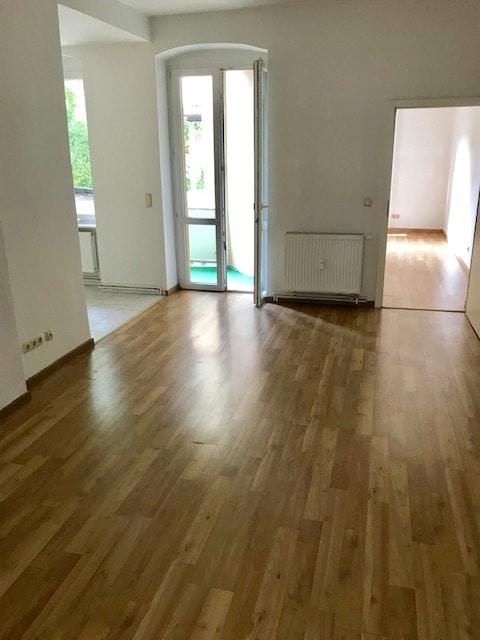 Wohnzimmer mit offener Küche .