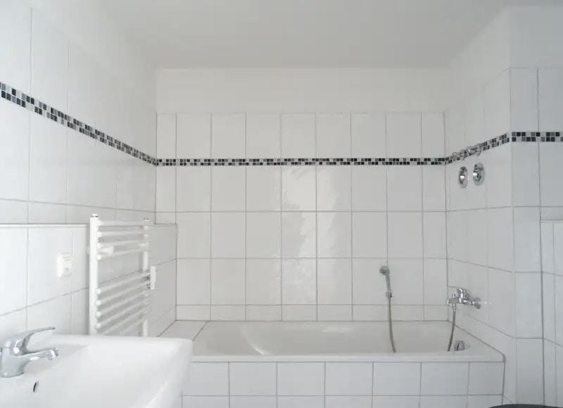 Bad mit Wanne u. Dusche.